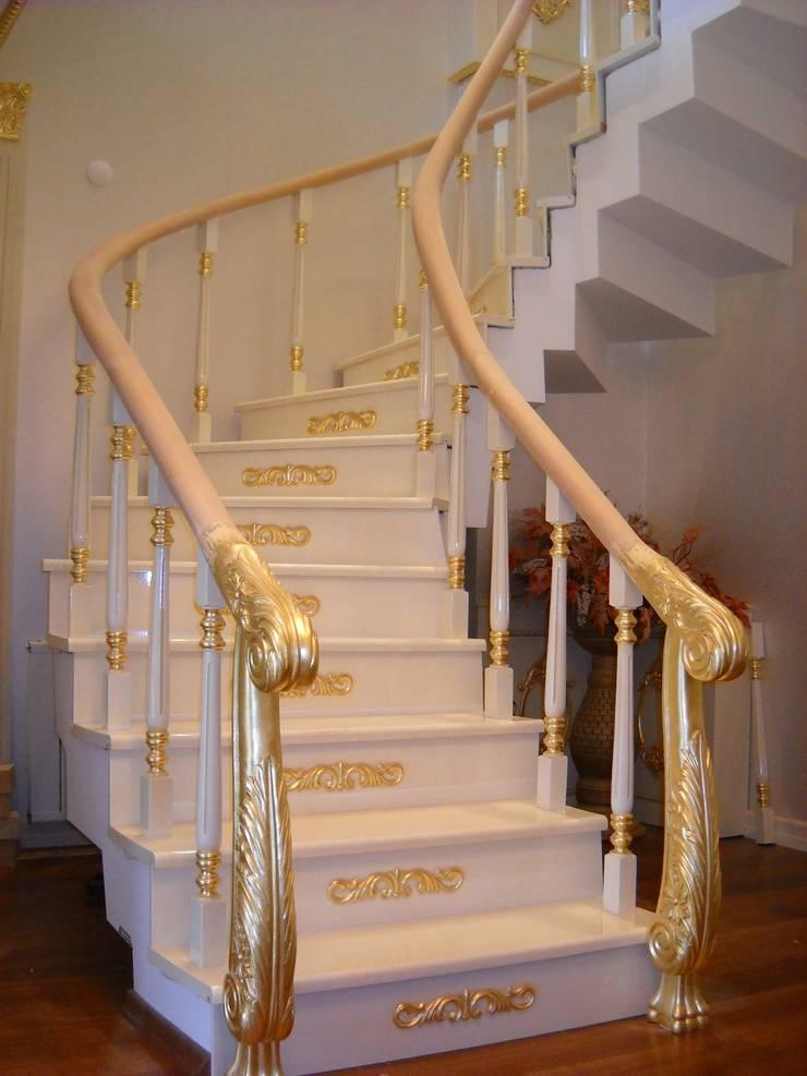 Yıldız  Ahşap merdiven ve küpeşte – altın varak ,lake merdiven: modern tarz Koridor, Hol & Merdivenler
