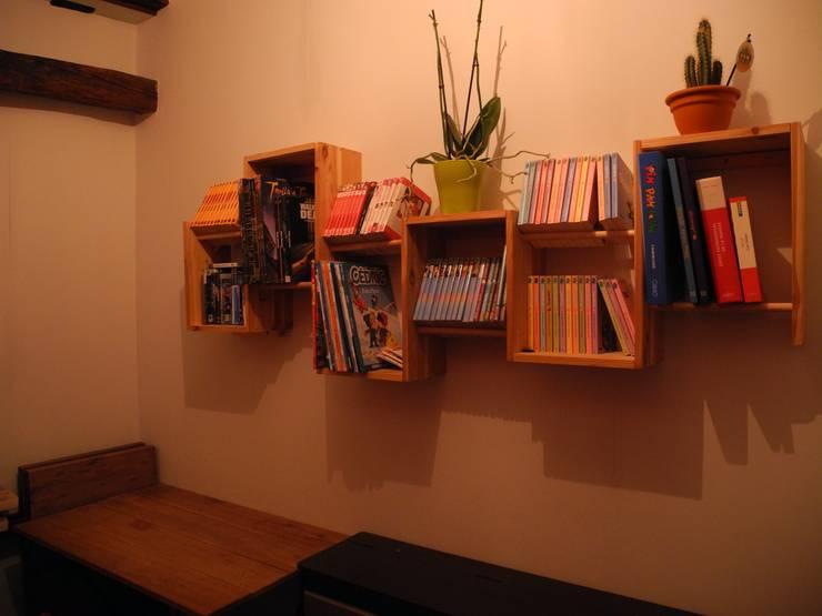 Bibliothèque design bois : Bureau de style de style Moderne par Bibliotek.fr