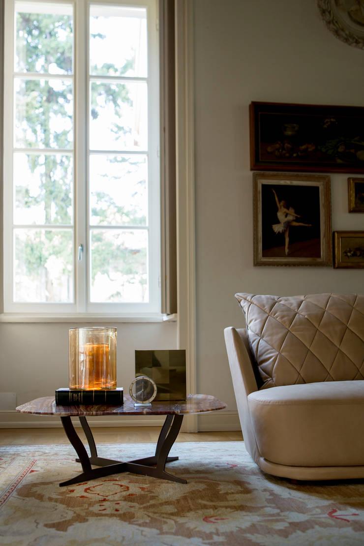 Divano Grace e Tavolo Richard: Soggiorno in stile  di Alberta Pacific Furniture,