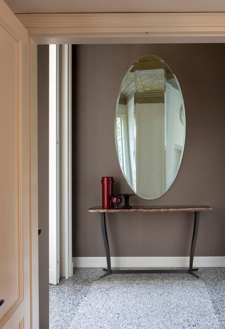 Specchio Joan e Richard Consolle: Soggiorno in stile  di Alberta Pacific Furniture,