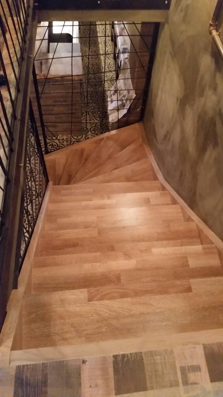Yıldız  Ahşap merdiven ve küpeşte – L merdiven:  tarz Koridor, Hol & Merdivenler