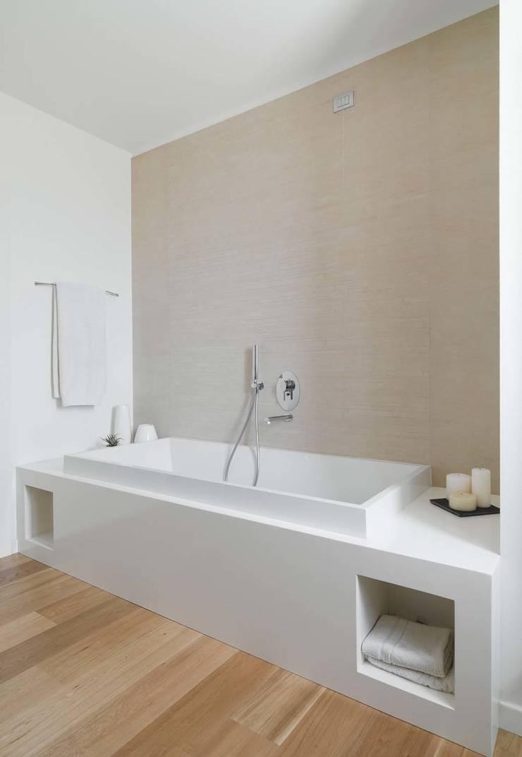 浴室 by SANSON ARCHITETTI, 簡約風