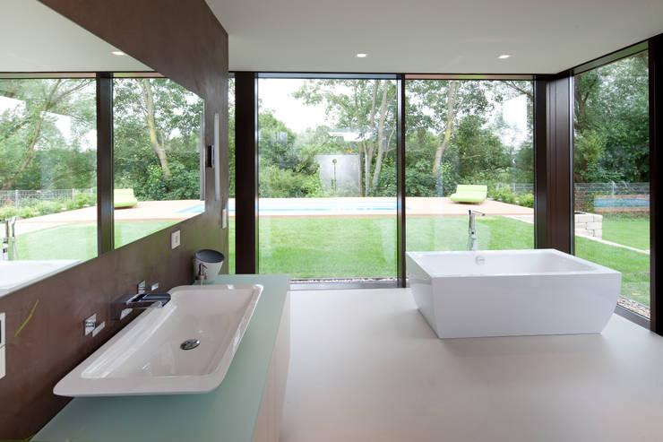 Bad 2, Blick Berkelaue: moderne Badezimmer von Hermann Josef Steverding Architekt