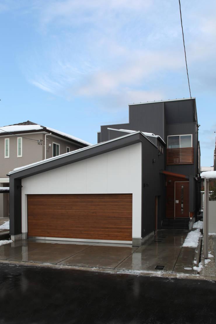 THE HOUSE WITH CAR-GARAGE IN ICHINOMIYA CITY JAPAN: 株式会社 アトリエ創一級建築士事務所が手掛けた家です。