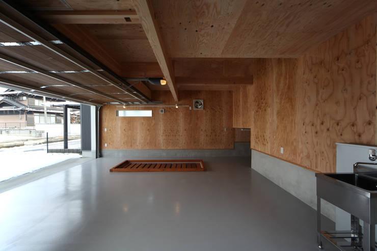 THE HOUSE WITH CAR-GARAGE IN ICHINOMIYA CITY JAPAN: 株式会社 アトリエ創一級建築士事務所が手掛けたガレージです。