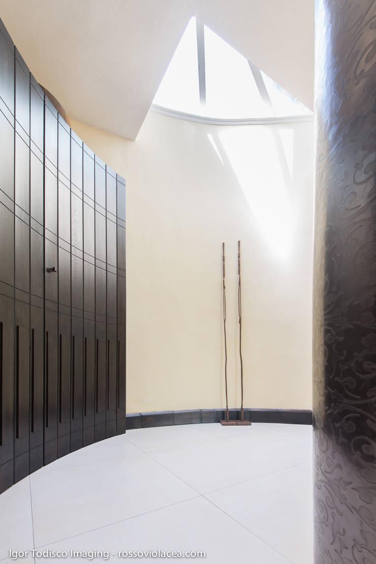 INCASTONATA NEL VERDE: Ingresso & Corridoio in stile  di CATERINA CAMEROTA ARCHITETTO
