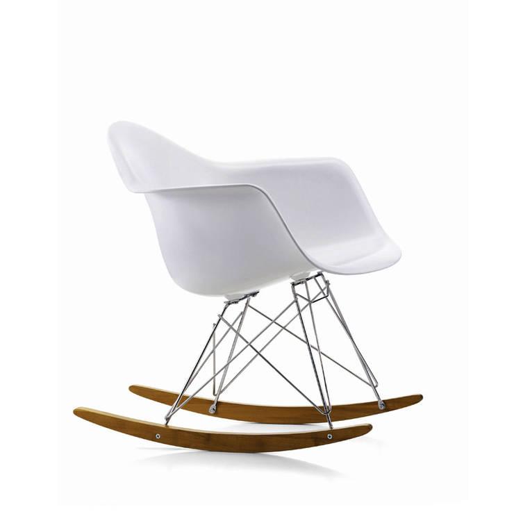 Rocking Chair _ VITRA: Maison de style  par IDM Groupe Coupechoux