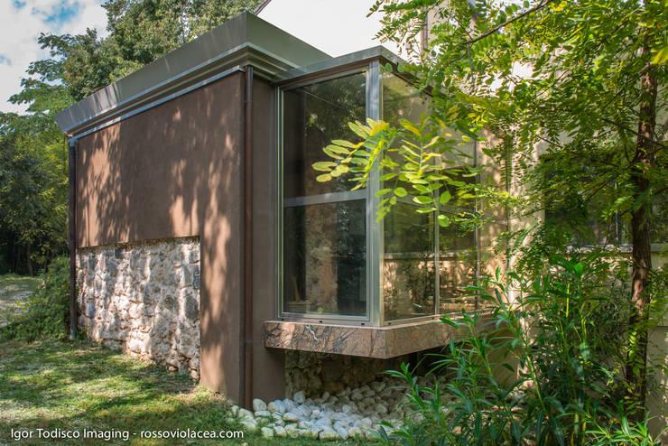 INCASTONATA NEL VERDE: Giardino d'inverno in stile  di CATERINA CAMEROTA ARCHITETTO