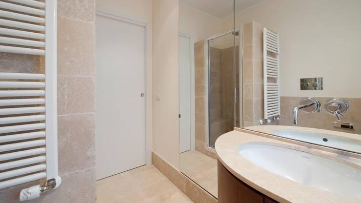 Appartamento a lungotevere – Roma: Bagno in stile  di Archifacturing