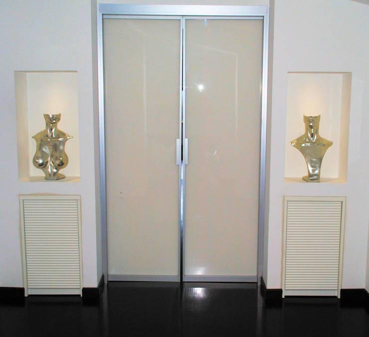 PALETTE IN GRIGIO: Ingresso & Corridoio in stile  di CATERINA CAMEROTA ARCHITETTO