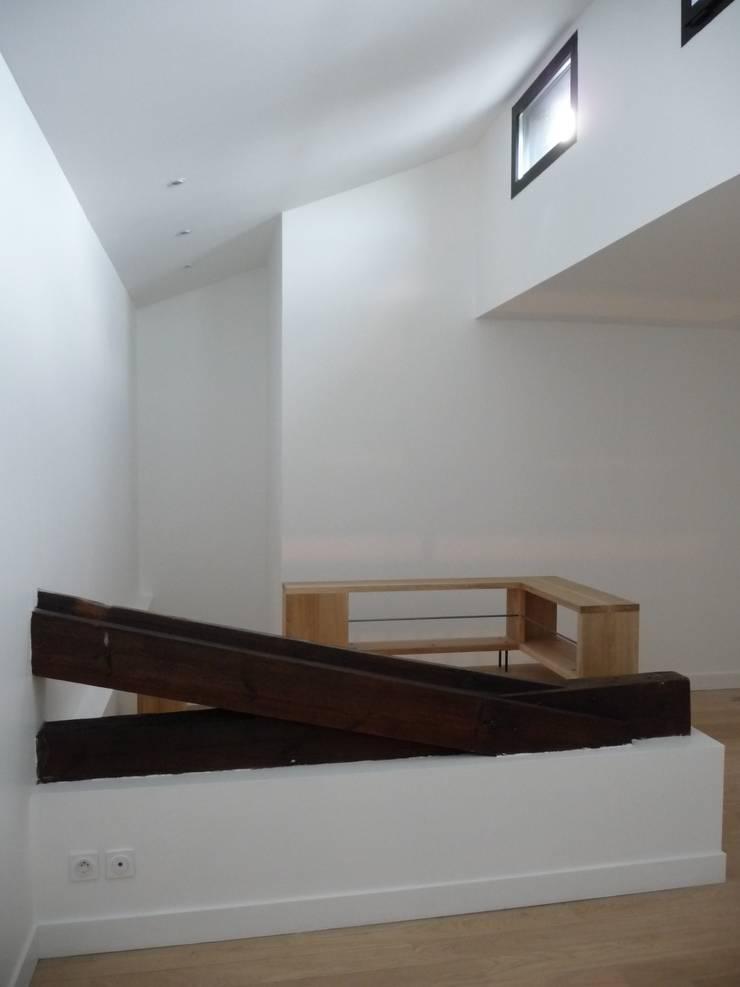 Ancienne ferme vs meuble/garde-corps contemporain: Couloir et hall d'entrée de style  par EIRL Hugues DRAPEAU Architecte