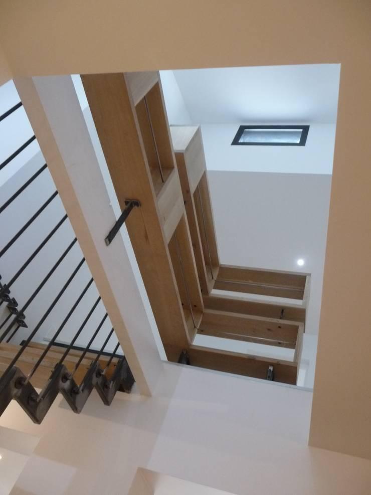Escalier suspendu: Couloir et hall d'entrée de style  par EIRL Hugues DRAPEAU Architecte