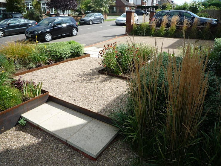 Gravel with Steel Edging:  Garden by Fenton Roberts Garden Design