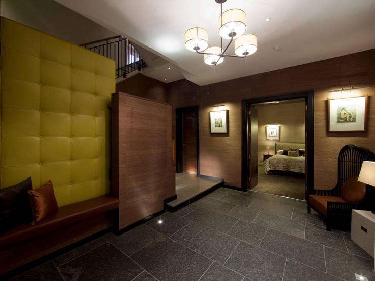 Holford Road 2:  Corridor & hallway by KSR Architects