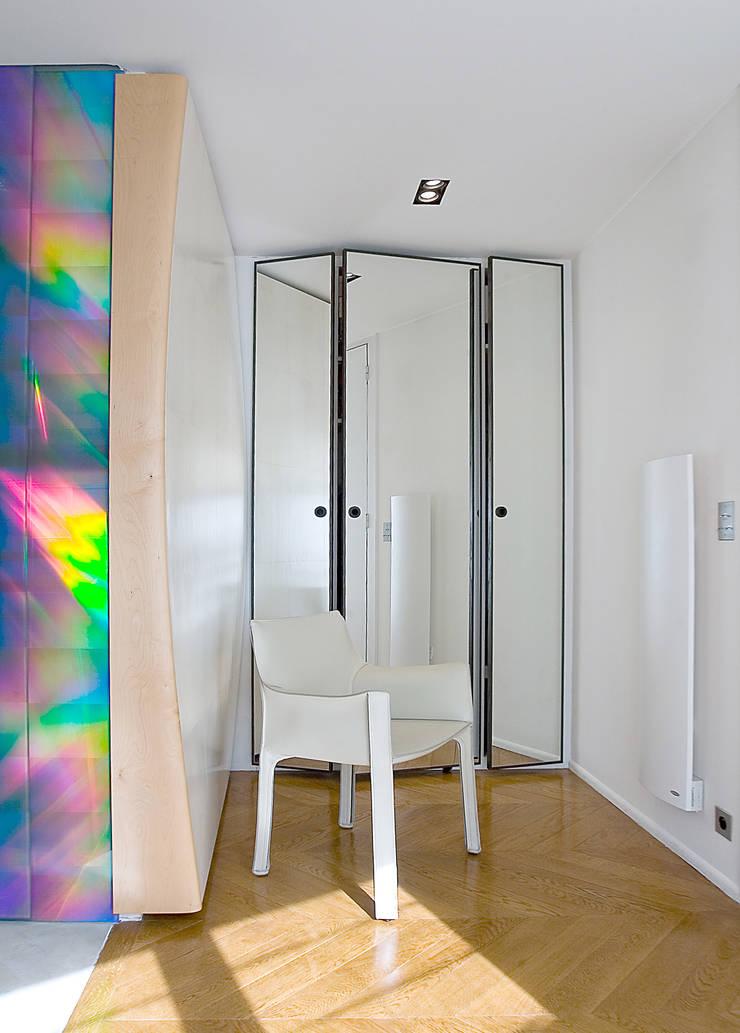 vestiaire d'entrée: Couloir et hall d'entrée de style  par Atelier TO-AU