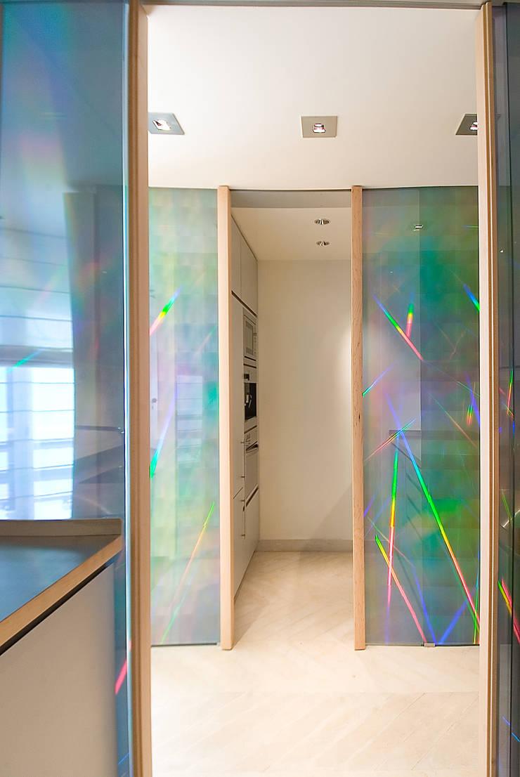 Portes coulissantes : Fenêtres & Portes de style  par Atelier TO-AU