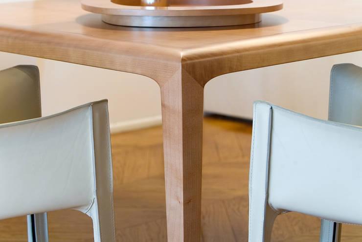 Détail de table de salle à manger: Salle à manger de style  par Atelier TO-AU