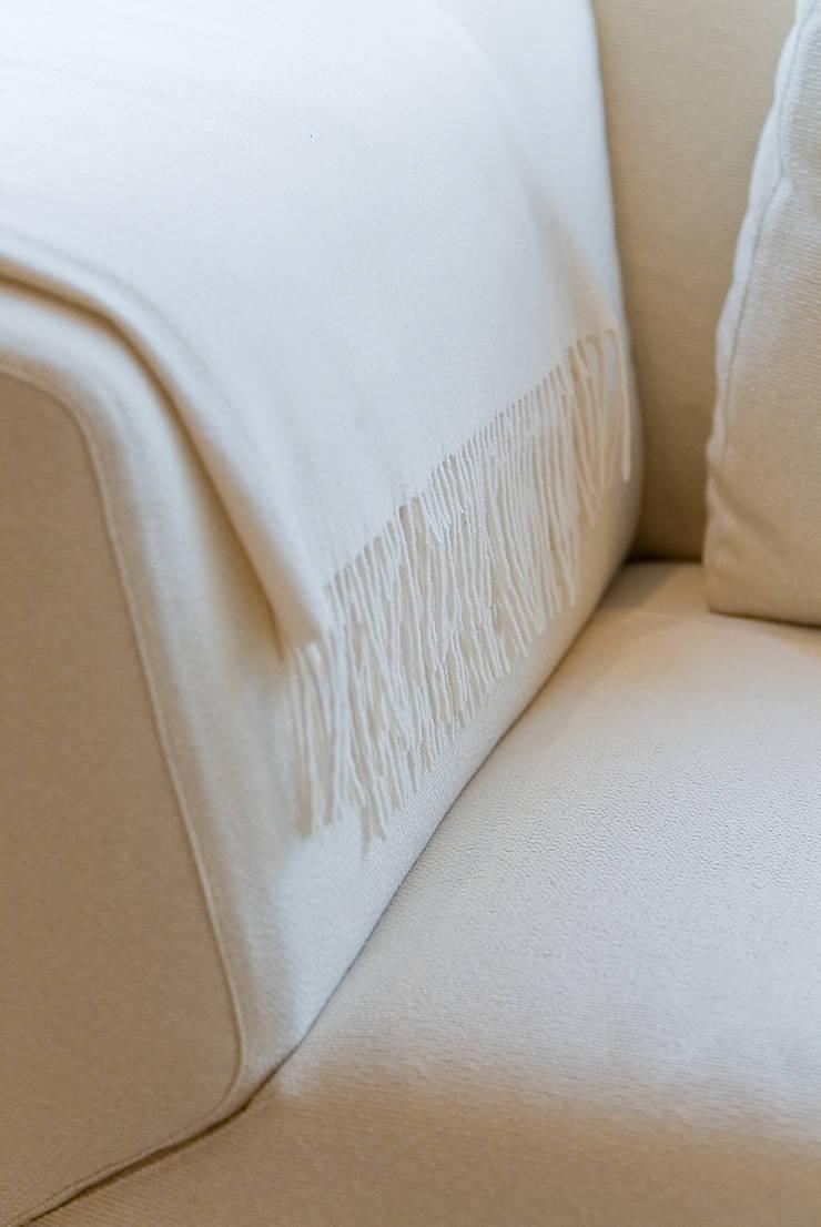 Plaid sur canapé: Salon de style  par Atelier TO-AU