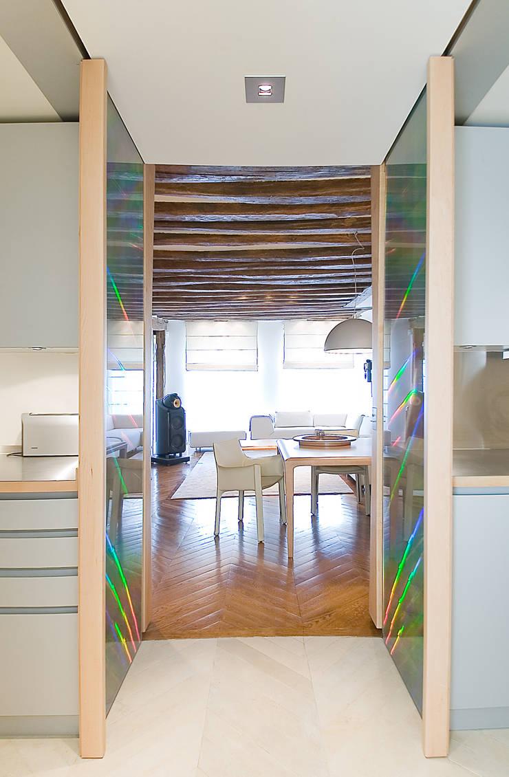 circulation séparant la cuisine et menant vers le salon: Couloir et hall d'entrée de style  par Atelier TO-AU