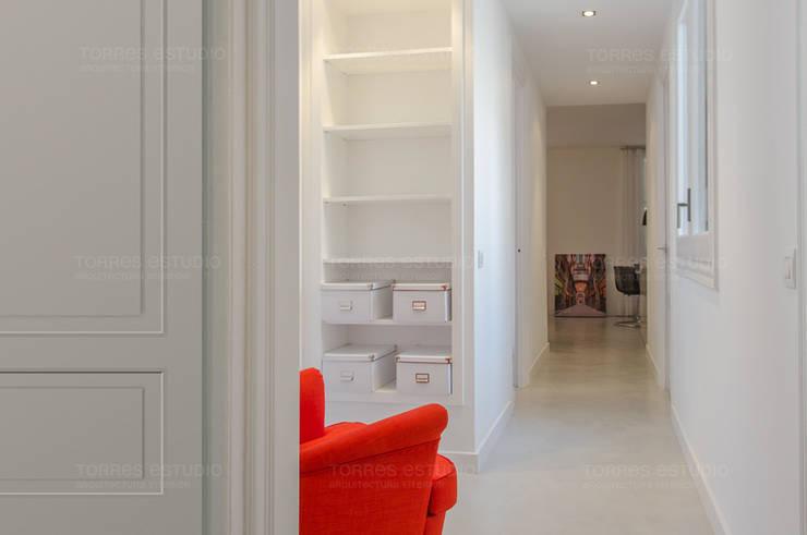Transformación del pasillo en un lugar tranquilo: Pasillos y vestíbulos de estilo  de Torres Estudio Arquitectura Interior