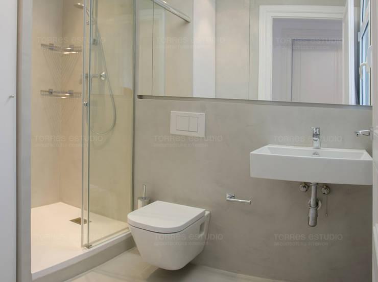 El microcemento como elemento unificador: Baños de estilo  de Torres Estudio Arquitectura Interior