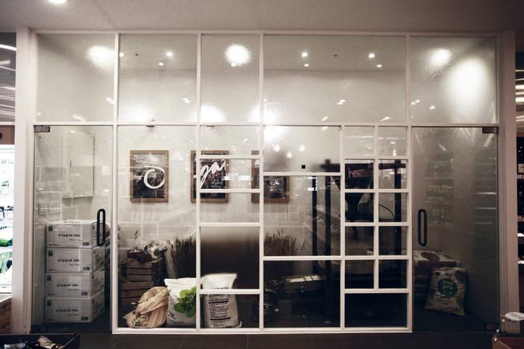 area for entertaining: studio azellier의  상업 공간,모던