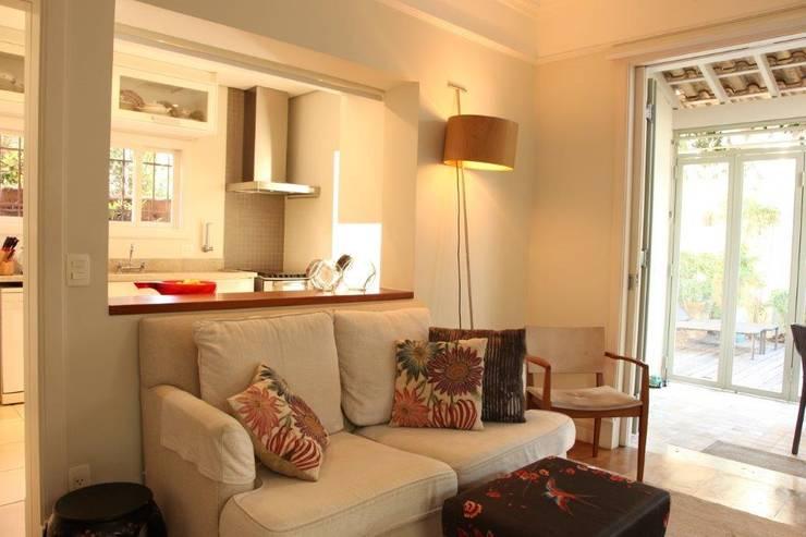 Sala Tv e Cozinha: Salas de estar  por Ornella Lenci Arquitetura,