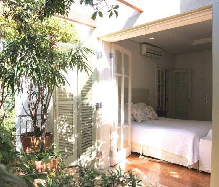 Varanda e Dorm Casal: Quartos  por Ornella Lenci Arquitetura,