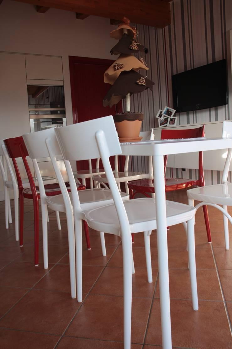 Dettagli di rosso: Cucina in stile  di GRETA DONIS,