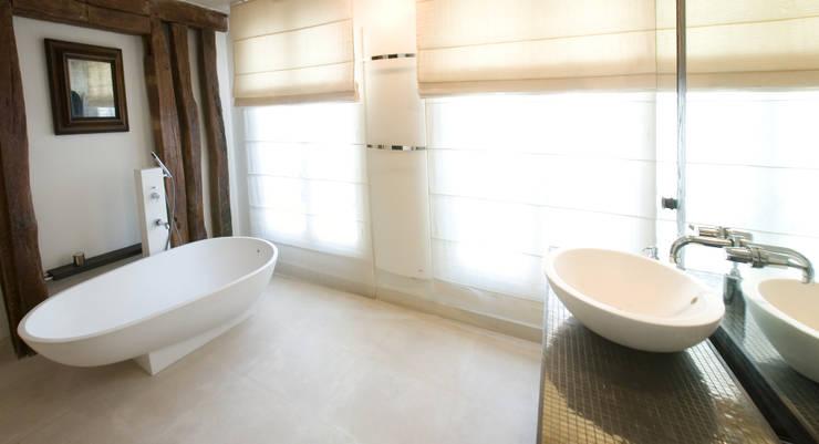 salle de bain: Salle de bains de style  par Atelier TO-AU