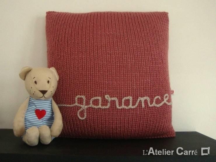 Coussin en tricot personnalisable: Chambre d'enfants de style  par L'Atelier Carré
