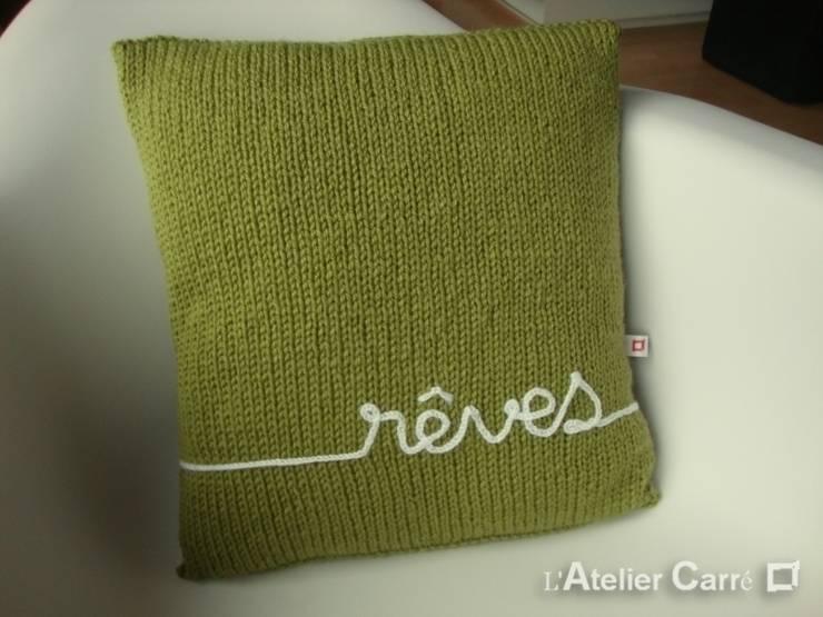 Coussin en tricot personnalisable: Salon de style  par L'Atelier Carré