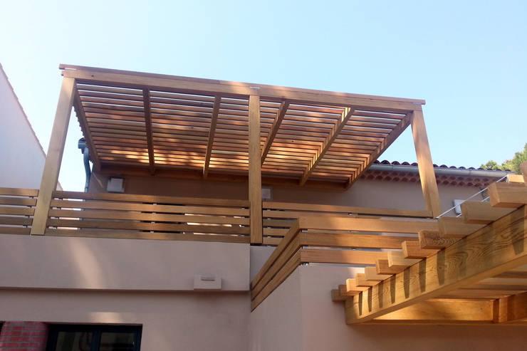 Pergola et garde-corps bois: Maisons de style  par Atelier TO-AU