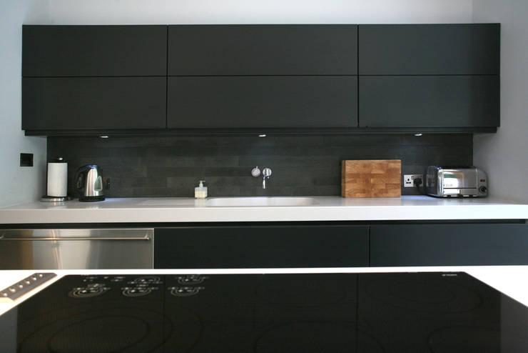 Cedarwood: modern Kitchen by Nicolas Tye Architects