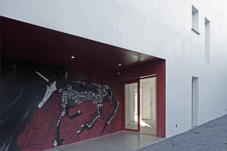 MAISON BASTILLE: Couloir et hall d'entrée de style  par SCRIPT architectures