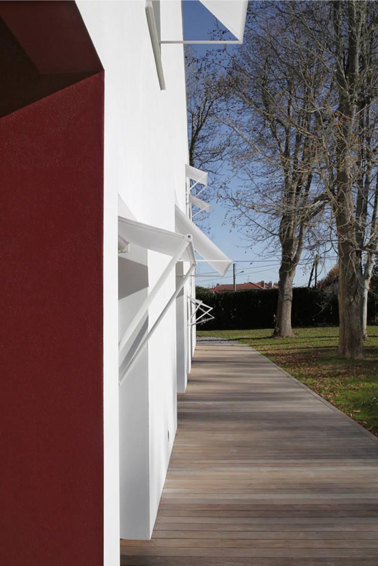 MAISON BASTILLE: Maisons de style  par SCRIPT architectures