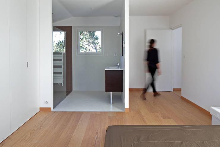MAISON BASTILLE: Chambre de style de style Minimaliste par SCRIPT architectures