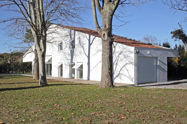 MAISON BASTILLE: Maisons de style de style Minimaliste par SCRIPT architectures