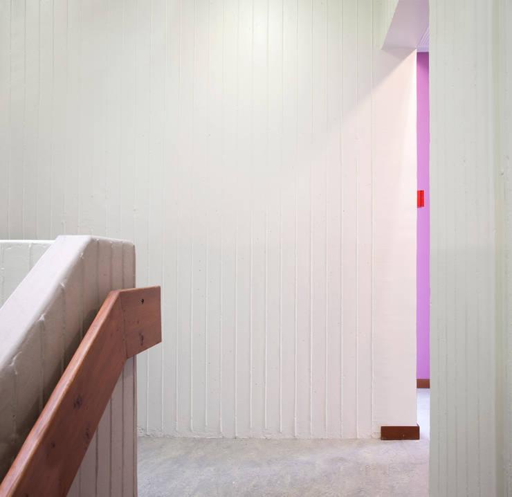 Béton rainuré: Bureaux de style  par Hélène Reinhard / Atelier CAIROS architectes et paysagistes associés