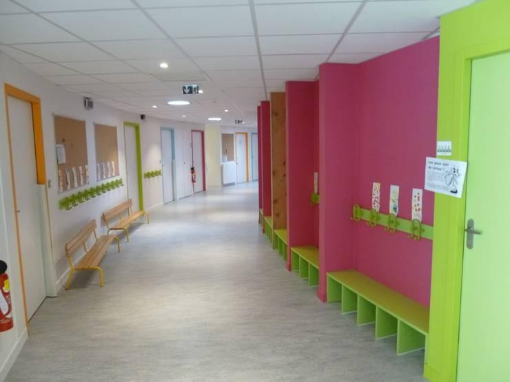 vue intérieure, le couloir des maternelles: Ecoles de style  par GOA