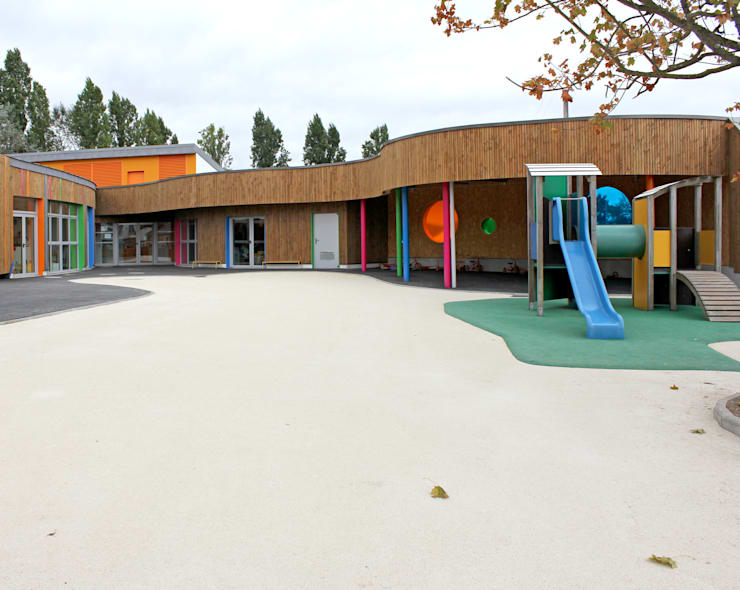la nouvelle cour des maternelles du groupe scolaire J Prevert: Ecoles de style  par GOA