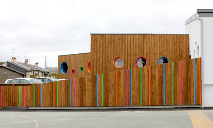 vue depuis l'espace public de l'image renouvelée du groupe scolaire: Ecoles de style  par GOA