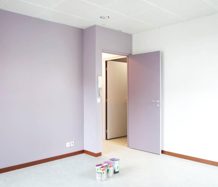 Une couleur pour chaque association: Bureaux de style  par Hélène Reinhard / Atelier CAIROS architectes et paysagistes associés