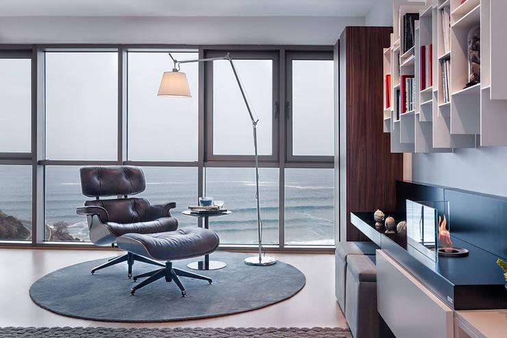 Salas de estilo moderno por URBANA 15