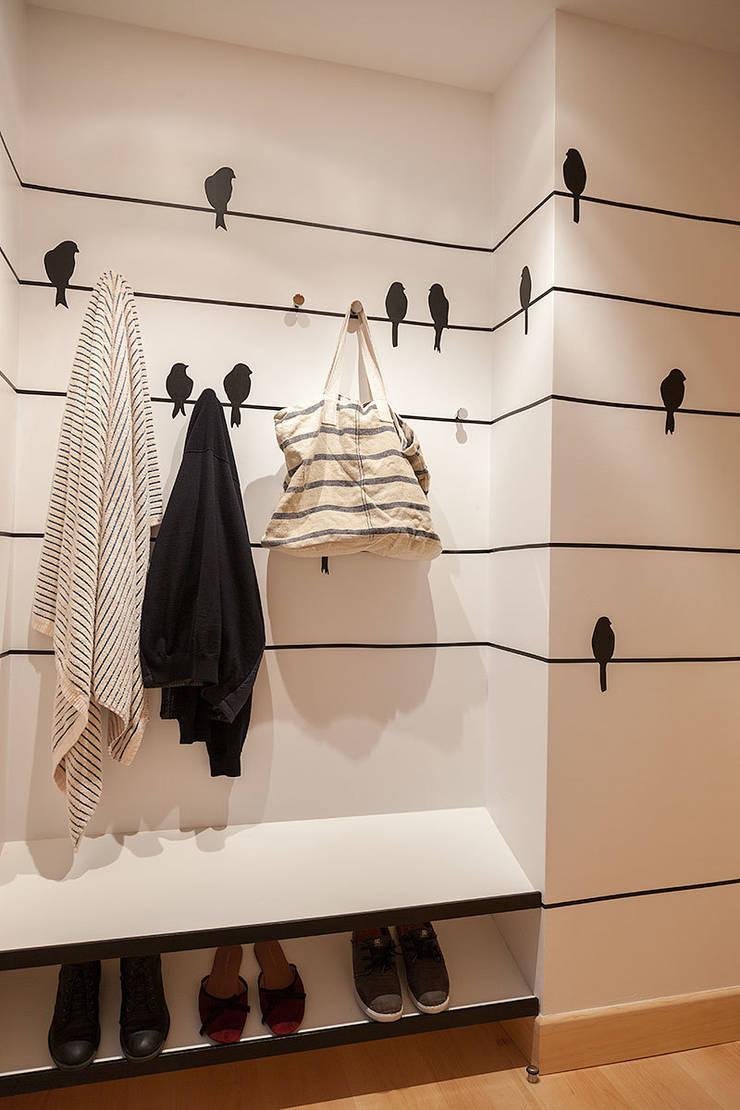 Proyecto decoración en Getaria (País Vasco): Vestidores de estilo  de Urbana Interiorismo