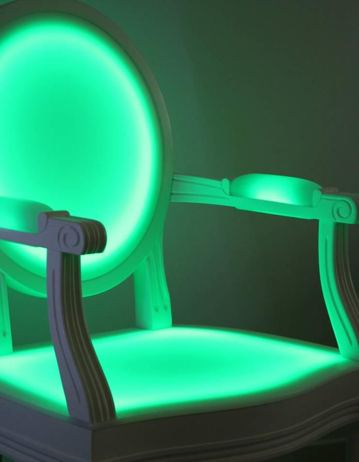 Fauteuil Lumineux LEON par Philippe BOULET: Salle à manger de style  par Philippe Boulet
