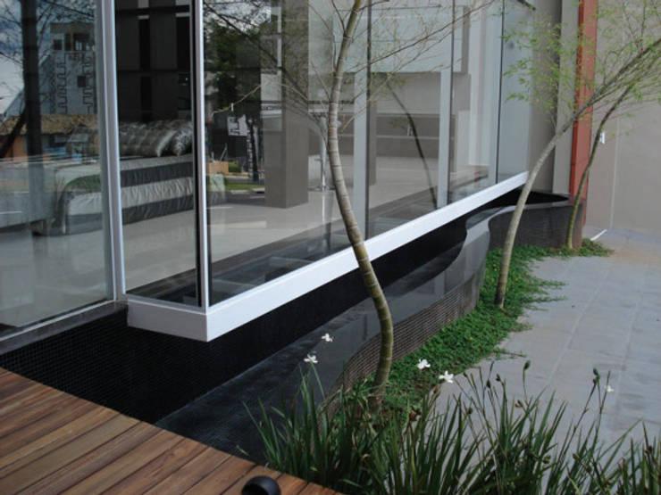 loja de moveis planejados: Lojas e imóveis comerciais  por arquiteto,Moderno