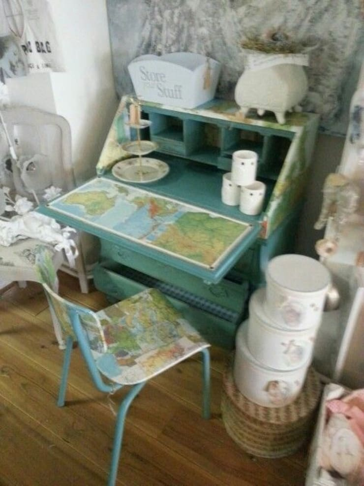 Bureau decoupage met oude bosatlas:  Studeerkamer/kantoor door gustaviaans vintage homestyle