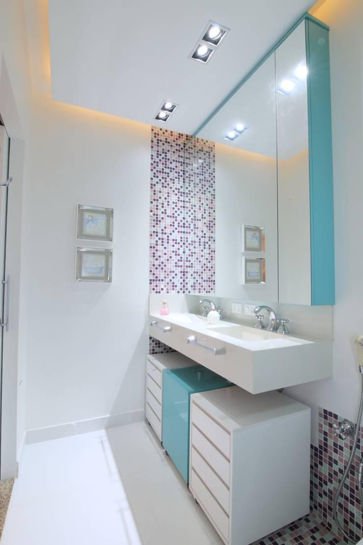 Banheiro: Banheiros modernos por Studio Fabrício Roncca