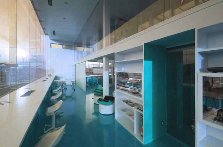 Concessonaria e officina d'automobili : Concessionarie d'auto in stile  di Studio d'arte e architettura Ana D'Apuzzo,